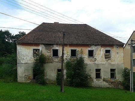 Rodný dům čp. 5 v Hodňově na snímcích z roku 2016 a 2017