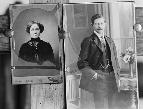 V českokrumlovském fotoateliéru Josefa Seidela byla pořízena v září 1914 tato fotografie, uchovávající vjednom       záběru podobenky v té době již zemřelých  jejích rodičů Dr. Karla Hirsche (†1912) a jeho ženy Marie(†1904)