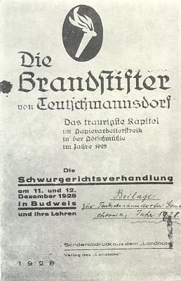 """Obálka (1928) dobové brožury, vydané jako zvláštní otisk z listu """"Landbote"""", o soudním procesu s paliči se Sklářů, k jejichž žhářské akci vroce 1925 měl dát podnět za stávky ve Větřní rovněž Hirschl, jako příloha kroniky obce Teutschmannsdorf (Skláře)"""