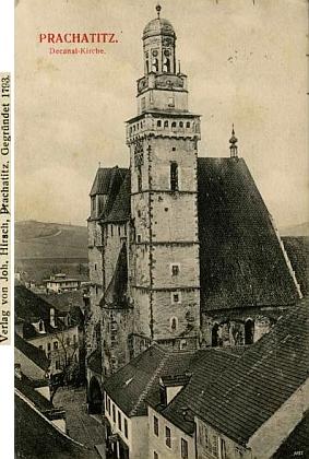 Kostelní náměstí v Prachaticích zachycuje částečně i tato pohlednice, vydaná jeho firmou