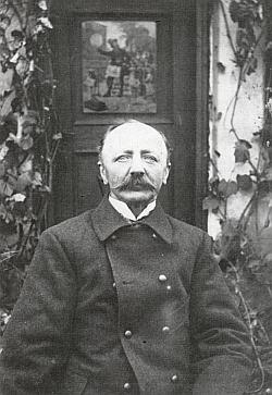 Na zahradě svého domu v Prachaticích na snímku zroku 1906