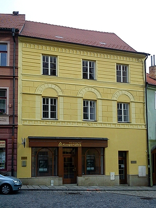 Dům čp. 16 na Kostelním náměstí v Prachaticích, kde žil