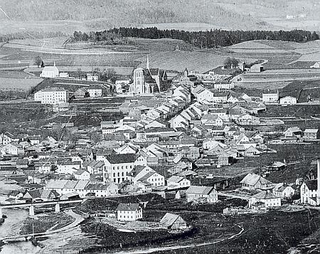 Zwiesel na dvou starých pohlednicích z let 1895, tj. rok po jejím narození, a 1906, kde je zachycena socha Nepomukova na zdejším náměstí, postavená tam už roku 1767