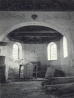Kněžiště kostela v Pohorské Vsi na fotografii Marie Hochreiterové z roku 1992