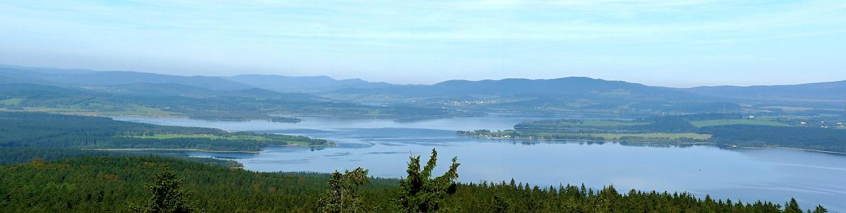 Pohled z Vítkova hrádku zachycuje dnešní panorama Lipenského jezera s Dolní Vltavicí a Horní Planou