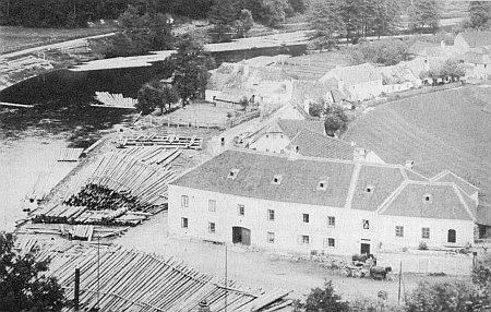 """Vaziště vorů u někdejšího Iglerova mlýna """"Am Sand"""" (tj. """"Na písku"""") ve Vyšším Brodě na vzácném snímku z roku 1904"""