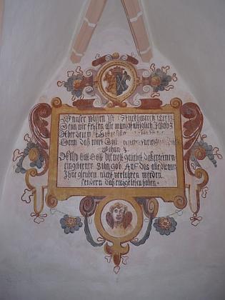Biblický citát s jeho a manželčiným znakem vkostele vŽumberku