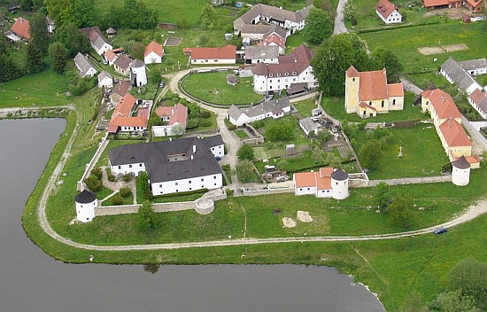 Celkový pohled na Žumberk (Höckova knihovna byla umístěna v jižní baště, na obou snímcích té druhé zprava)