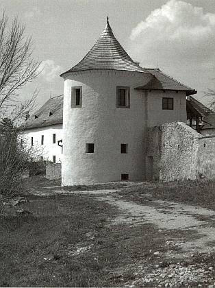Žumberská jižní bašta, kde měl Höck uloženu svou bibliotéku, na snímcích z roku 2007 a 2013