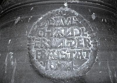Medailon zvonu ze Žumberka se jménem zvonaře Paula Chandlera a z Freistadtu, který jej odlil roku 1574, tj. rok poté, co se Höck v dnes sárském Limbachu narodil