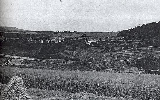 """Na snímku z roku 1953 jsou už domy čp. 8 a 9 bez střechy, v pozadí vyčnívá na obzoru pohraničnická """"hláska"""""""