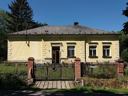 Škola v Dolních Chrášťanech stojí dodnes