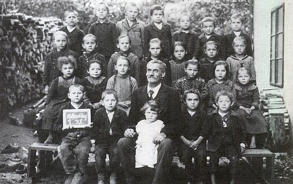 Tento snímek jej zachytil s dětmi z 1. třídy pravděpodobně ve školním roce 1924/25