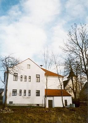 Dnešní podoba školní budovy na Libínském Sedle s kostelem v pozadí