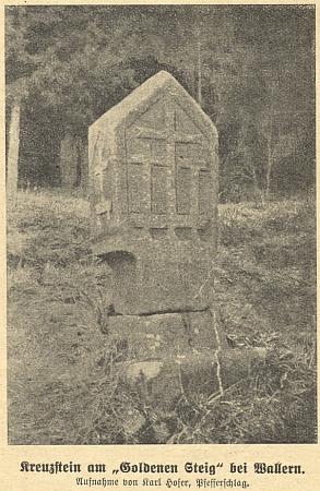 Na jeho snímku tu vidíme kříž v kameni přiZlaté stezce u Volar