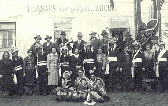 """""""Mečová koleda"""" v lednu 1939 před malontským hostincem """"U Zlatého kříže"""""""
