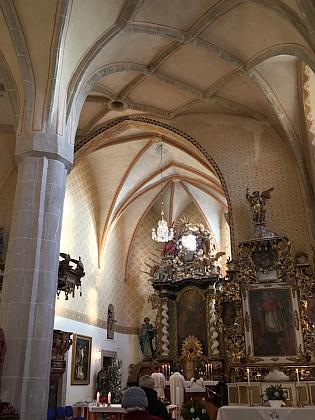 Barokní oltář kostela sv. Bartoloměje v Malontech z roku 1720 sobrazem kostelního patrona, po stranách nad brankami vidíme sochy sv. Jakuba a sv. Floriana