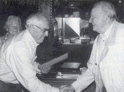 Hans Spörker (vlevo) mu předává jmenování čestným občanem Malont