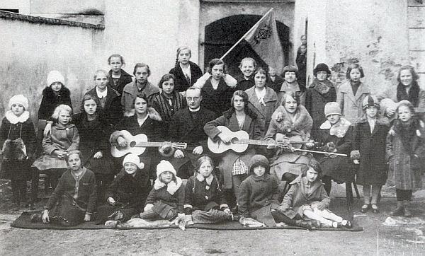 Jako mladý kaplan v Horní Plané s jím uvedenou dívčí skupinou Staffelstein na snímku z roku 1921
