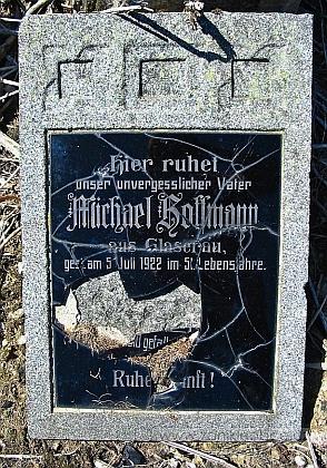 Na zdevastovaném hřbitově v Pivoni se dochoval tento náhrobek jednoho z Hoffmannů ze Sklářů