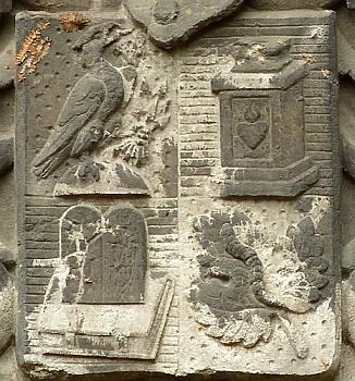 Rodový erb Hofmannsthalových na jednom z náhrobků vídeňského ústředního hřbitova: v prvním poli orel na skále se svazkem šípů v jednom pařátu, ve druhém poli desky starého zákona (desatero) na knize v rudé vazbě, ve třetím poli stříbrný obětní kámen, konečně ve čtvrtém poli housenka bource morušového na morušovém listu