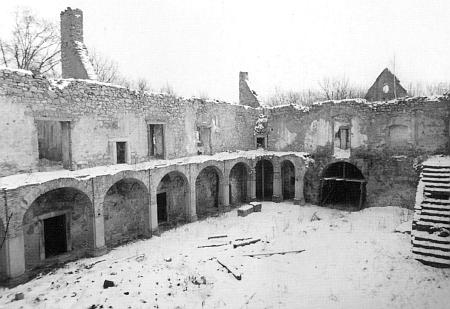 ... pustnoucí zámek na snímcích z let 1982, 1990 a 1999...