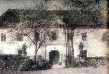 ... a ještě zámek Kopec na snímku z doby kolem roku 1920 se sochami sv. Petra a sv. Jana Nepomuckého při někdejším vodním příkopu a na záběru z roku 2012 se novou střechou, jejíž rekonstrukci provedla firma Pagisan