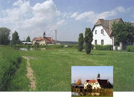 Již neúplný vierkant se zvoničkou v Radčicích, rybník před chalupou je nový