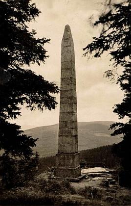 Stifterův památník nad Plešným jezerem na pohlednici českokrumlovského fotografa Josefa Wolfa