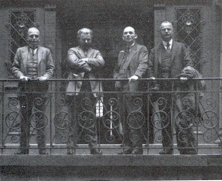 """Stojí tu prvý odleva za tzv. """"Sudetoněmeckého týdne"""" v Liberci roku 1926 a vedle něho vpravo Erwin Guido Kolbenheyer, Anton Dietzenschmidt a Hans Watzlik"""