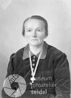 Jeho matka, už jako vdova, na snímku datovaném 11. března 1944