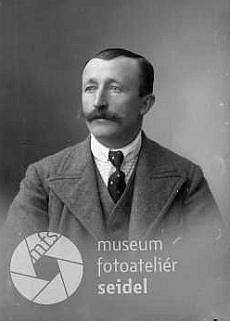 Jeho otec Johann Hois (1884-1942) na dvou Seidelových snímcích z ledna roku 1921