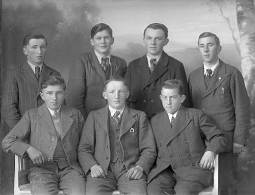 Dvacetiletý Josef Hois, sedící uprostřed skupiny kamarádů, na snímku, datovaném 6. dubna roku 1942