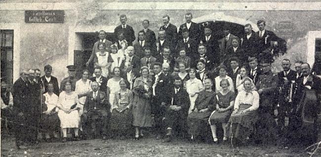 """Svatba Fanni Mauriziové v Břevništi roku 1926 na snímku, který v krajanském časopise doprovází jeho text ozařízení zvaném """"Bschlogbruck"""""""