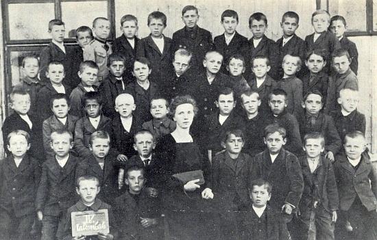 S paní učitelkou Travnitschekovou a spolužáky ročníků narození 1912-1914 v kaltenbašské škole je zachycen v horní řadě třetí zleva