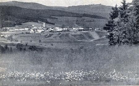 Stará pohlednice s Frymburkem a Vítkovým Kamenem v náruči luk, polí a lesů