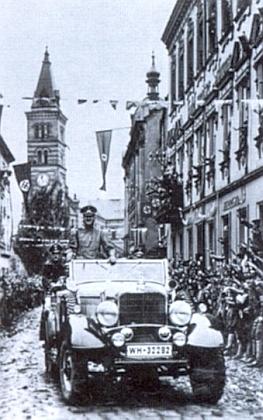 Adolf Hitler vjíždí triumfálně 4. října 1938 doHöllerových rodných Kraslic