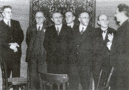 Tady ho snímek z roku 1937 zachycuje stojícího zcela napravo ve skupině literátů, mezi nimiž nechybí jako první tři odleva Bruno Brehm, Hans Watzlik, Kartl Franz Leppa a třetí zprava Heinrich Micko
