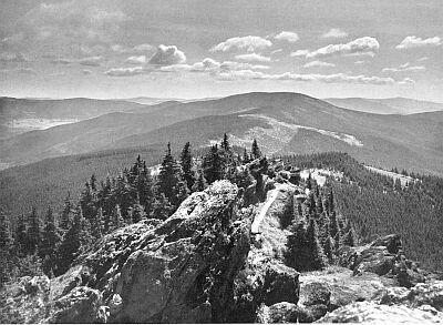Hranice mezi Čechami a Bavorskem na vrcholu Ostrého (foto z knihy s předmluvou Franze Höllera)...