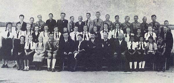 Takto opouštěli frymburskou školu roku 1939 žáci ročníku narození 1925, téměř bez výjimky v uniformě Hitlerovy mládeže a Svazu německých dívek