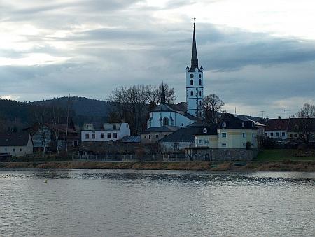 Frymburský kostel a vlevo za ním Tomášský vrch se zříceninou Vítkova hrádku