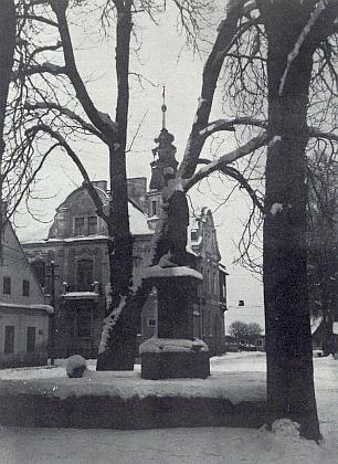Socha sv. Jana Nepomuckého na náměstí v Dolním Nýrsku (v pozadí radnice)