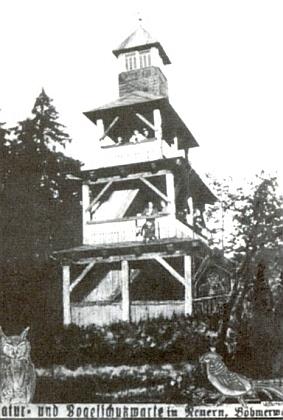 """Vyhlídková věž v nýrském areálu """"Natur- und Vogelschutzwarte"""""""