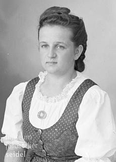 Podobenka z fotoateliéru Josefa Seidela, pořízená 5.srpna válečného roku 1943 najméno a adresu Elfriede Pranghofer, Oberplan 5