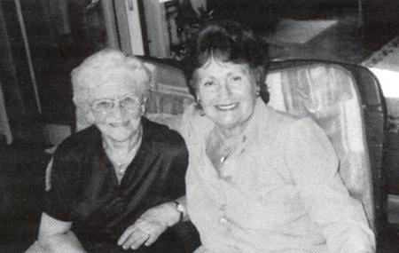 Na snímku s Ingrid Feilovou, zveřejněném v krajanském měsíčníku rok před tím, než v 88 letech zemřela