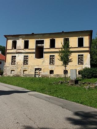 Některé domy v dnešním Hodňově (2019) jakoby připomínaly spíše poválečný stav (vlevo někdejší škola)