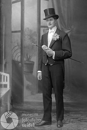 Švihák v cylindru na Seidelově snímku, datovaném 8. února 1920