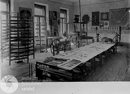 """Tyto dva Seidelovy snímky ze 16. ledna 1942, zřejmě z interiéru tkalcovny, jsou psány na jméno """"Ernst Holzinger"""""""