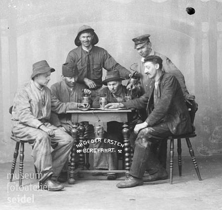 """Tady s kamarády z řad krumlovských turnerů předvádí horníky """"po první šichtě"""" na Seidelově snímku z března válečného roku 1915"""