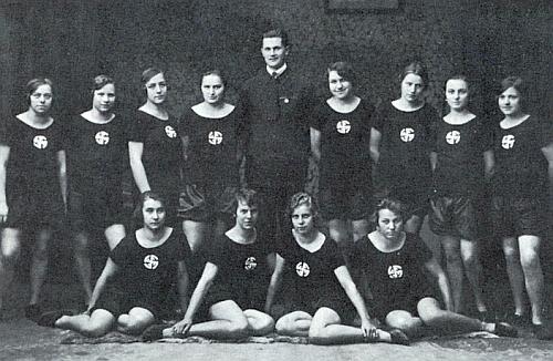 V roce 1925 jako cvičitel vzorné dívčí turnerské skupiny z Českého Krumlova (ty čtyři F na jejich hrudích věru připomínají hákový kříž)